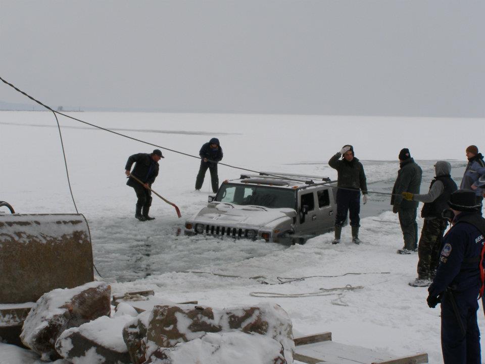 Hummer H2 a víz alatt - beszakadt alattuk a Balaton jege